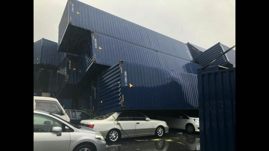 台風の強風で倒壊したコンテナ